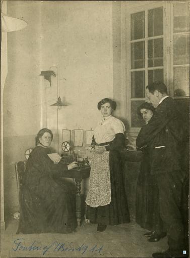 Fontenay-sous-Bois (Val-de-Marne). Personnel du bureau de poste photographié devant un appareil télégraphique Morse, Tirage argentique, 1911