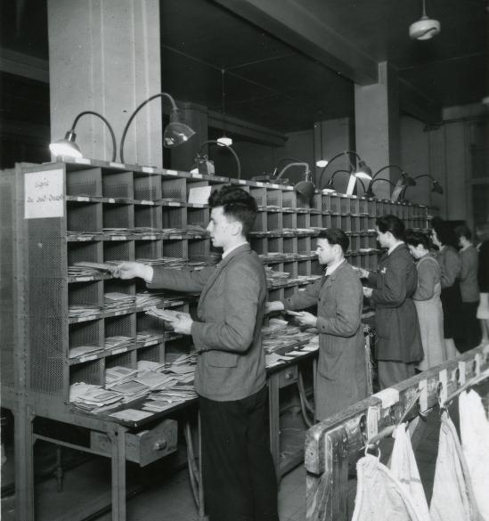 Tri manuel du courrier, Tirage argentique noir et blanc, vers 1950