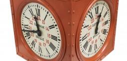 Horloge à trois cadrans, début 20e siècle. Objet collecté dans les sous-sols de la poste du Louvre avant sa rénovation en 2016 © Musée de La Poste - La Poste / Thierry Débonnaire, 2019