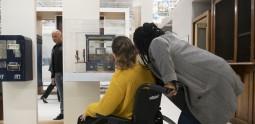 Femme en fauteuil roulant avec son accompagnatrice